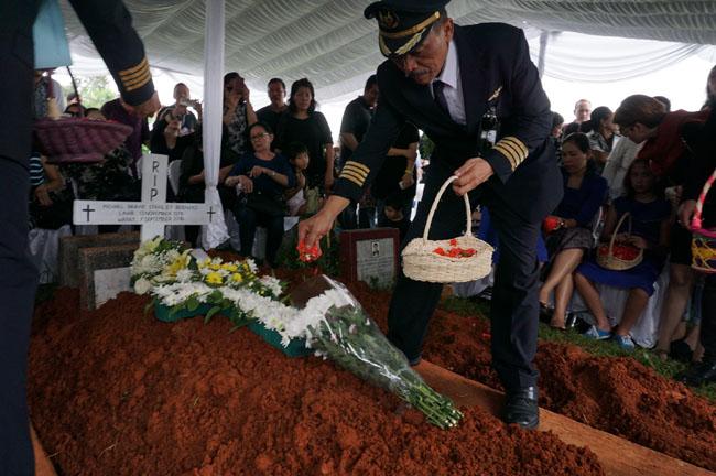 Pemakaman Capt. Michael  B. S Bernard Berlangsung Khidmat
